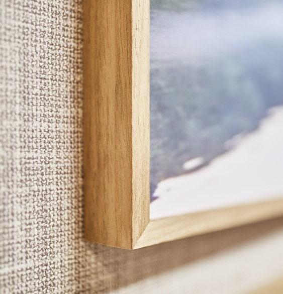 Marco de madera clara compone la sala de reunión